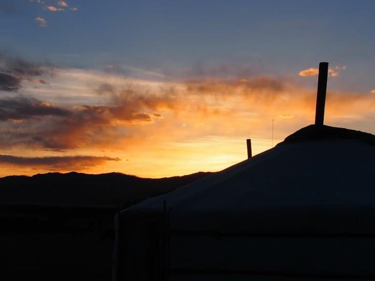 Le soleil se couche sur notre camp de la vallée de l'Orkhon