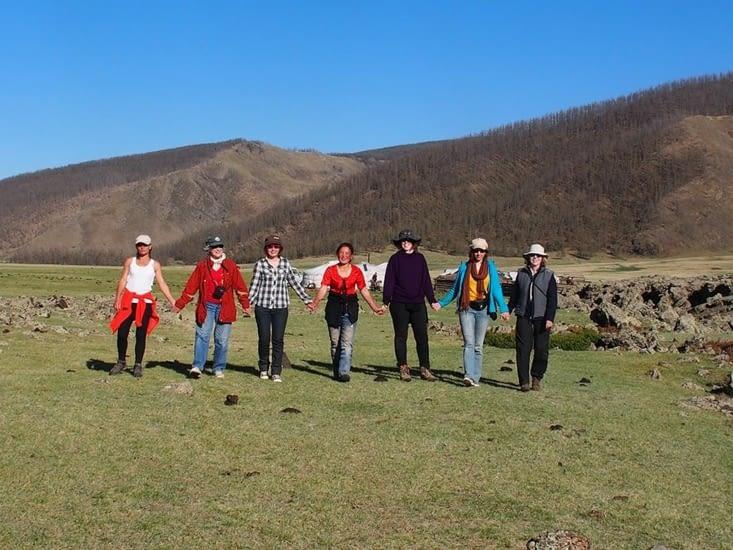 Les filles partent chercher les yaks dans la bonne humeur