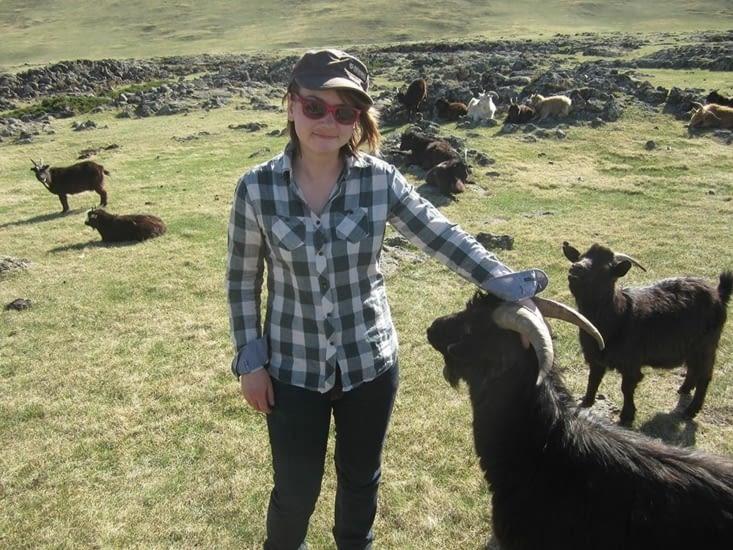 Yohanna aime les chèvres (et c'est réciproque)