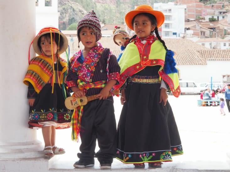 Des enfants en tenues traditionnelles