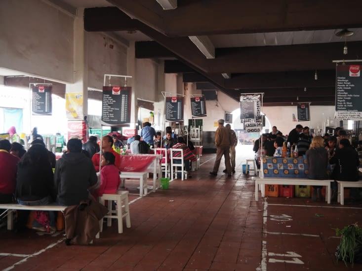 Repas populaire dans le marché de Sucre