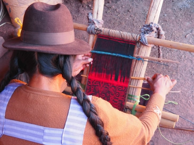Une tisseuse bolivienne et son outil artisanal