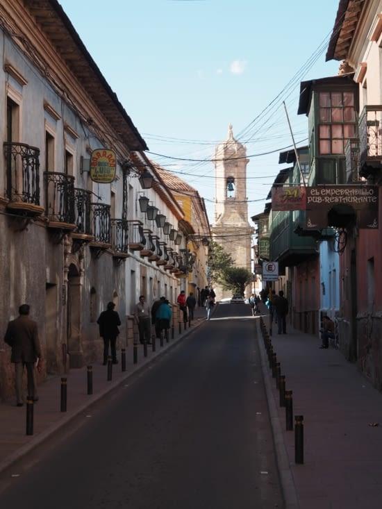 Les balcons coloniaux ornent les rues de Potosi