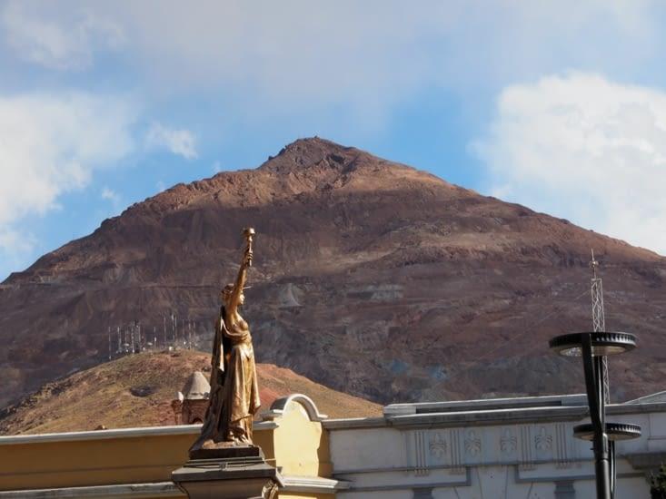 Les mines du Cerro Rico, visibles depuis le centre de Potosi