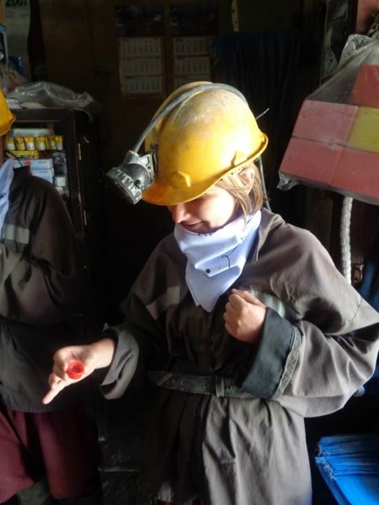 Offrande à la Pachamama avant d'entrer dans les mines
