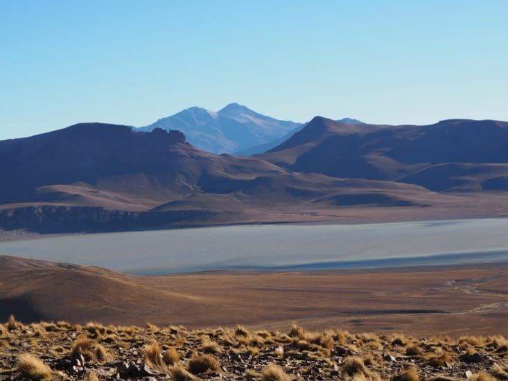 La laguna Morejon et le volcan Uturuncu