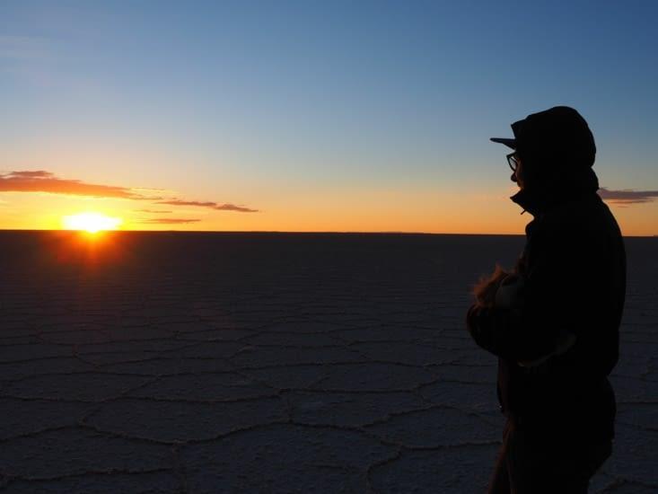 Ronron observe le lever de soleil sur le salar