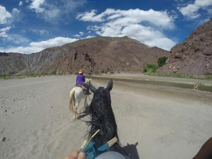 A cheval, nous traversons des rivières
