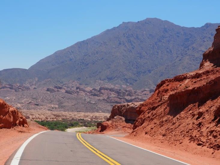 La route traversant la quebrada de Cafayate