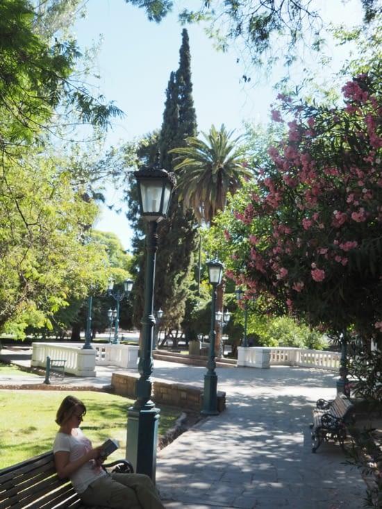 Les douces places fleuries de Mendoza