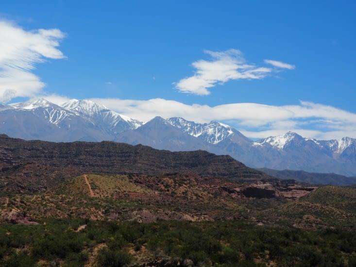 Les sommets enneigés à proximité de la frontière