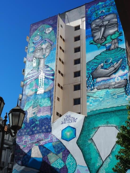 Graffiti sur tout un immeuble de Valparaiso