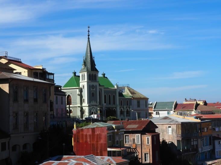 Une église surplombe la colline de Valparaiso