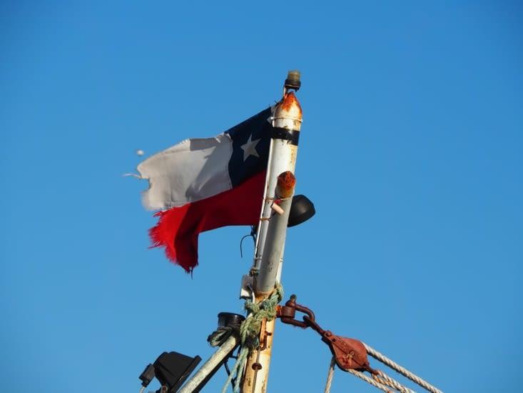 Le drapeau chilien flotte dans le port d'Ancud