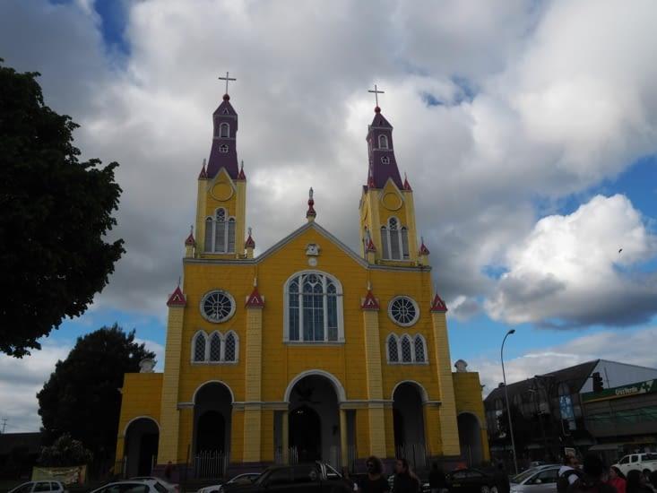 Les couleurs vives de l'église de Castro