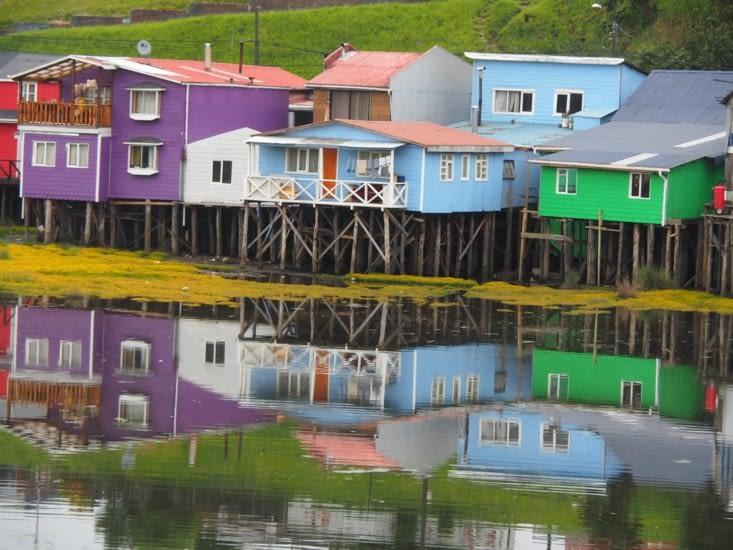 Les maisons sur pilotis à l'entrée de Castro