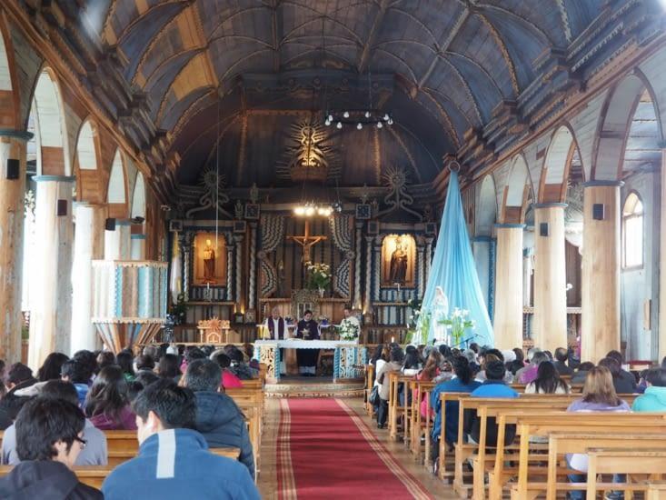L'église de Achao est pleine à l'heure de la messe