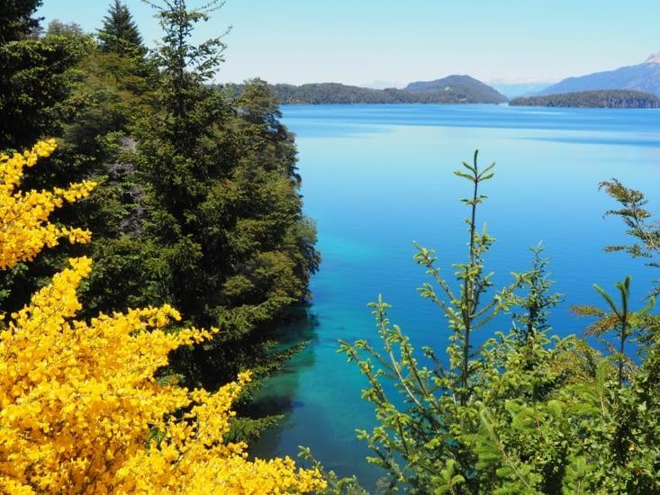Les eaux claires du lac contrastent avec la végétation
