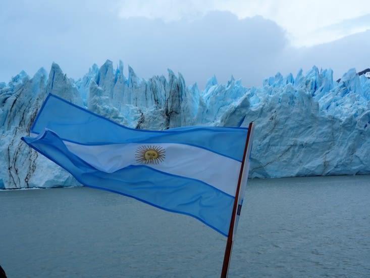 Le drapeau argentin flotte sur notre catamaran