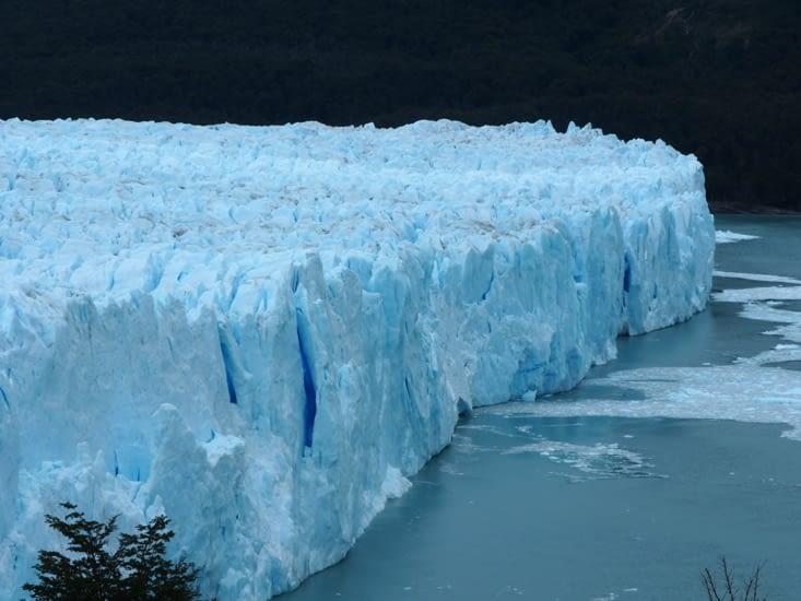Le glacier Perito Moreno se jette dans le lac Argentino