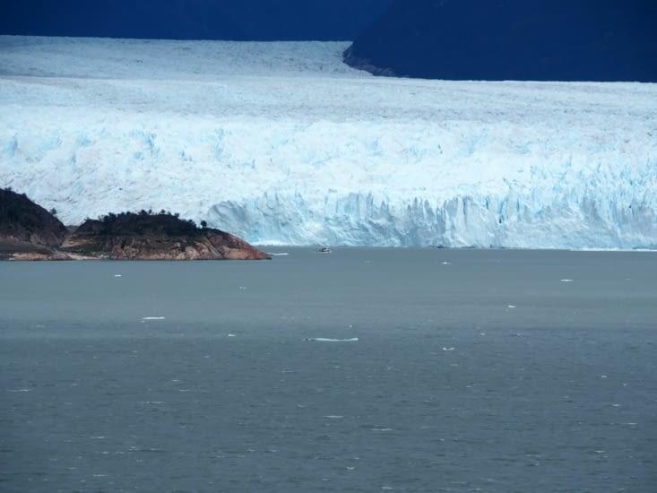 L'immensité du glacier en comparaison du bateau