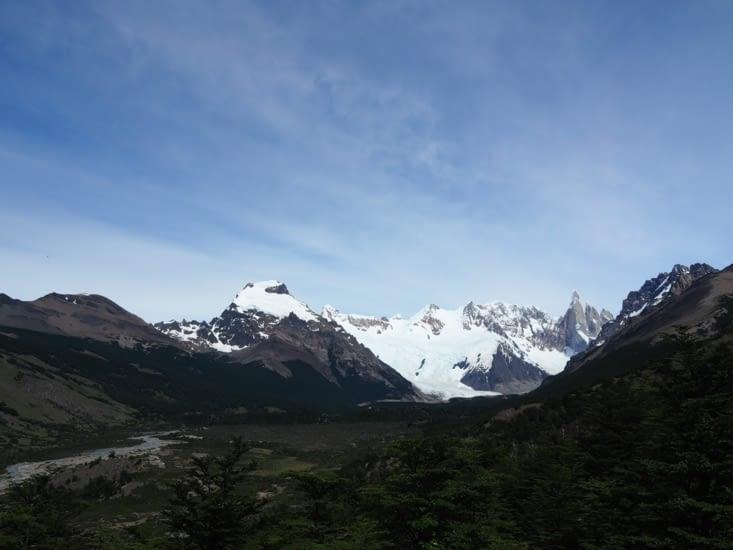 Le glacier du Cero Torre, au loin