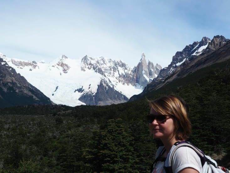 Yoyo devant le glacier, au loin