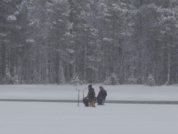 Des pêcheurs des glaces