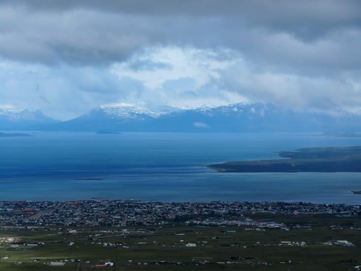 La vue sur la baie de Puerto Natales depuis le haut de la colline