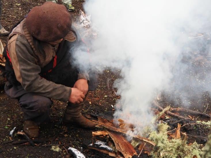Louis prépare le feu pour le mate