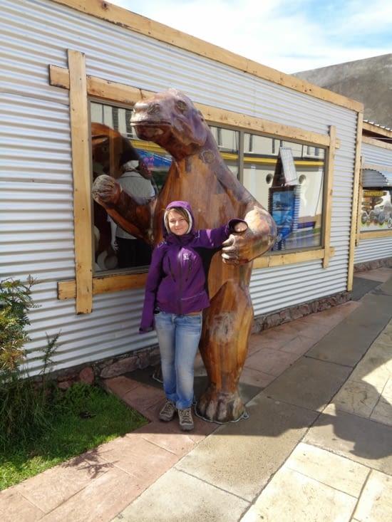 Yoyo et un Mylodon, symbole de Puerto Natales