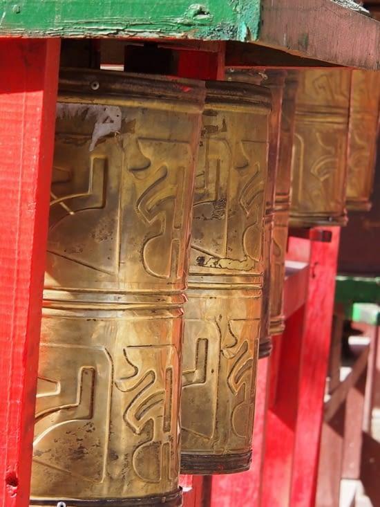 Des prières rédigées sur des bandes de papier sont enroulées à l'intérieur. Il est d'usage de faire tourner les moulins pour demander à ce que la prière enroulée à l'intérieur soit exhaussée.
