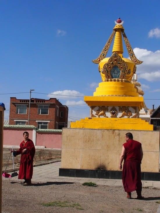 Moines devant une partie du monastère de Gandan