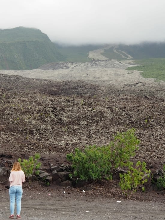 Claire devant une précédente coulée de lave