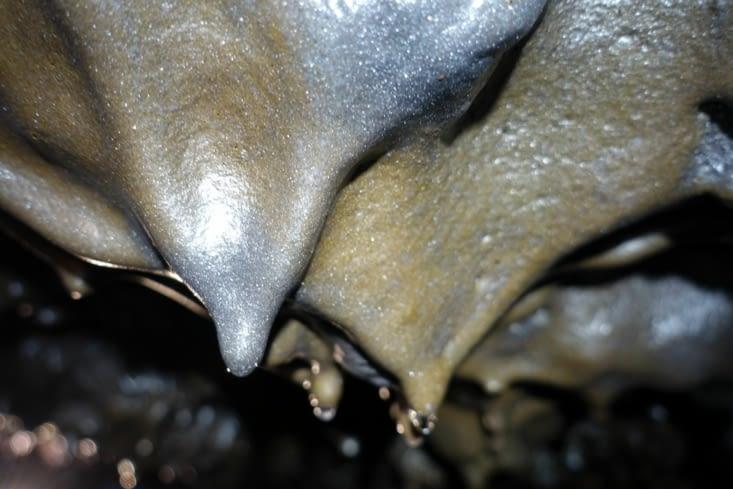 Formations de lave dans la grotte