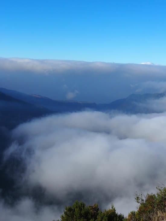La vallée de la rivière des remparts est bouchée par les nuages
