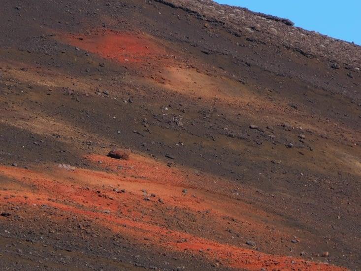 Nuances de couleurs sur le sol de la plaine des sables
