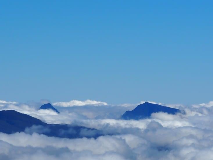 Quelques sommets sous les nuages