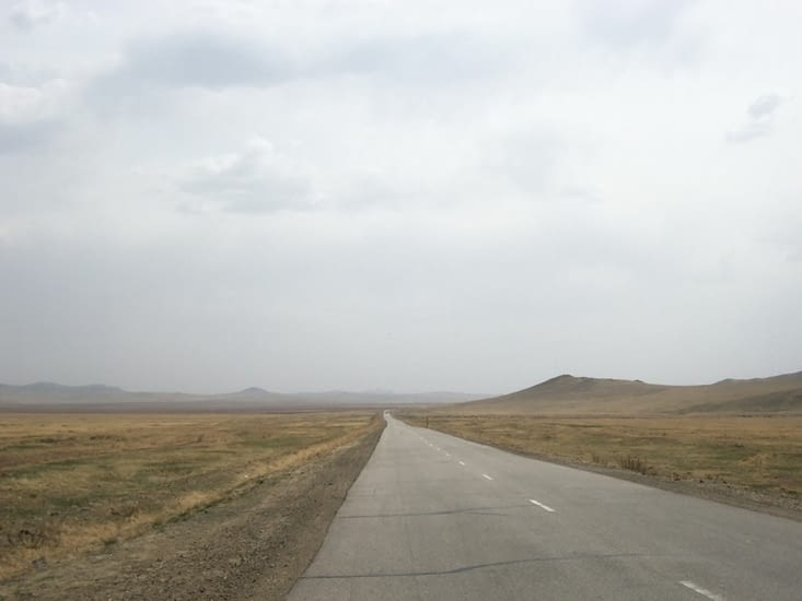 Longues lignes droites à travers les steppes
