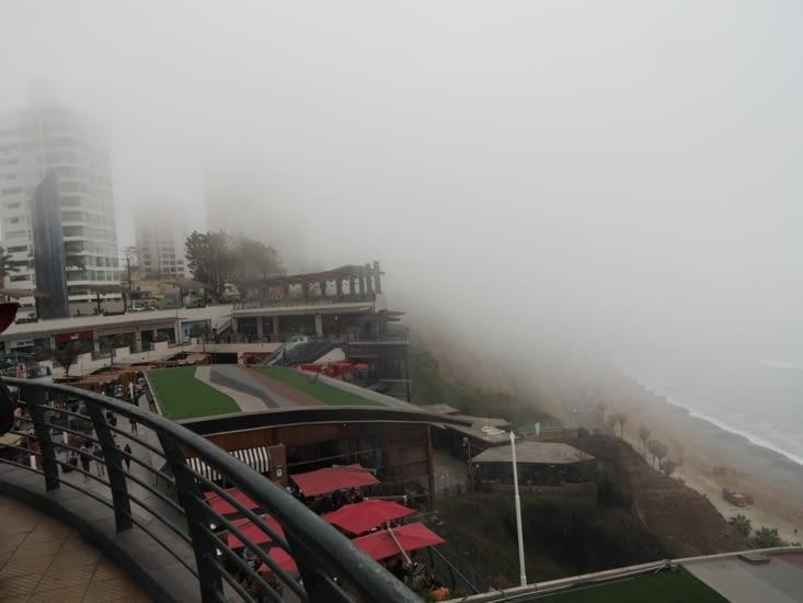 Larcomar, un centre commercial de Lima, sous la brume