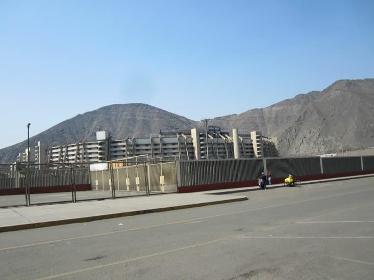 Le Monumental, en périphérie désertique de Lima, proche des rocheuses