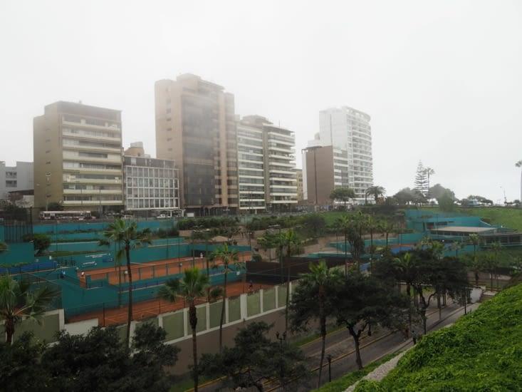 Les bâtiments de Lima sous la brume