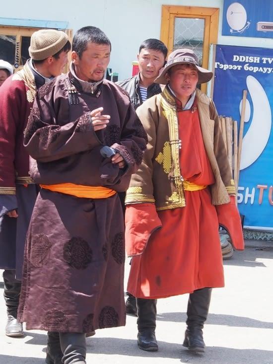 Au marché, mongols en tenue traditionnelle : la Dell