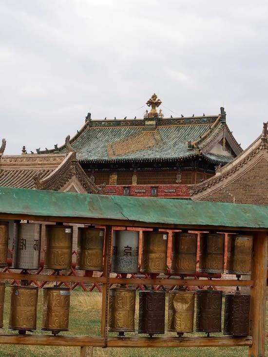 Des moulins à prières dans l'enceinte du monastère
