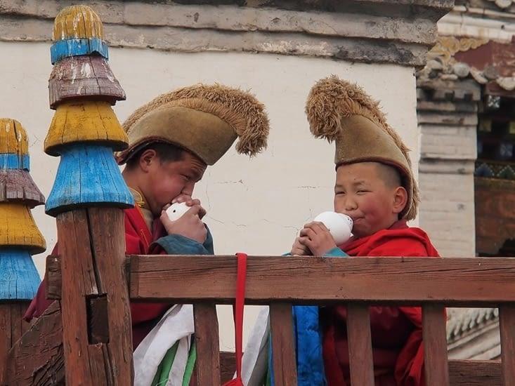 Jeunes moines chargés de l'appel pour la séance de prière