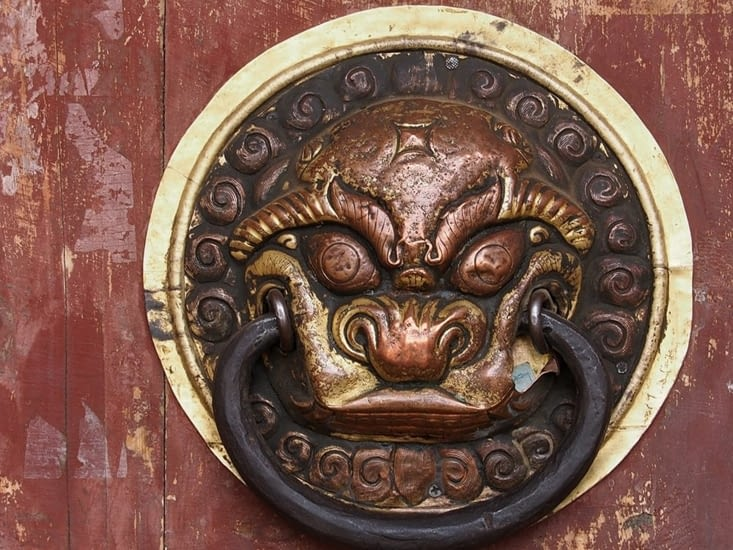 La poignée de l'imposante porte d'entrée du monastère d'Erdene Zuu