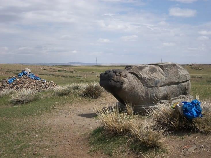 Statue d'une des tortues, seuls vestiges de l'ancienne capitale. Les rubans bleus, sacrés, représentent le Ciel. On en croise très régulièrement.