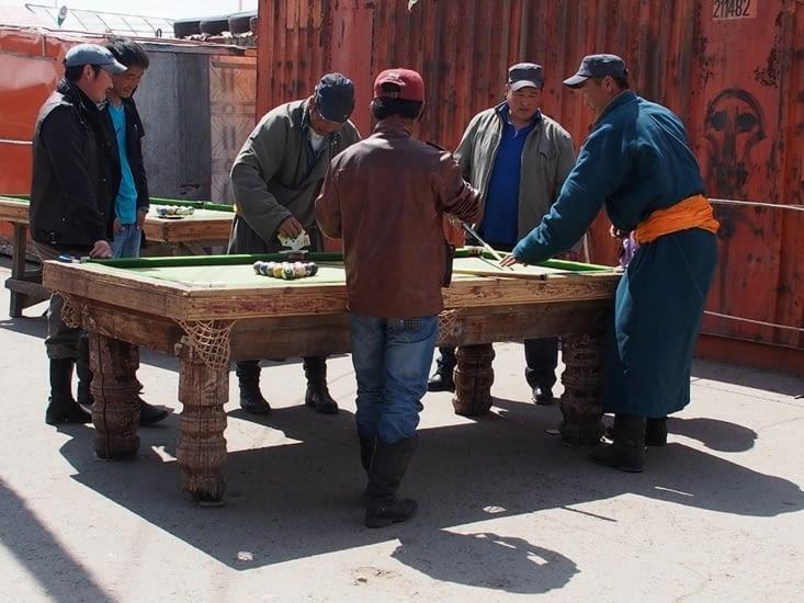 Sur le marché de Karakorum, les mongols aiment se donner rendez vous autour de nombreuses tables de billard en plein air, sur fond de conteneurs.