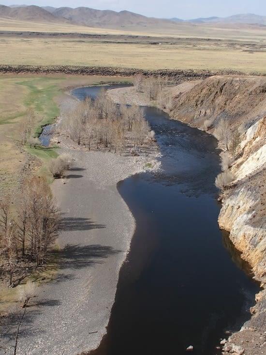Surplombant la rivière, noire, de l'Orkhon
