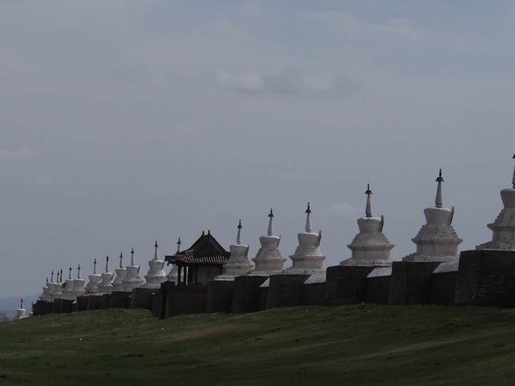 Un des cotés de l'enceinte, enceinte autour de laquelle 108 stupas sont placés de façon équidistante
